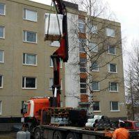 Kalottipalvelu Oy nostamassa huopaa kattoremonttia varten